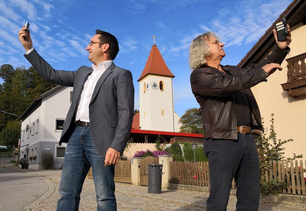 Waren als Funklochfinder unterwegs in Kallmünz und haben Ideen, wie's künftig besser klappt: FW-Landtagskandidat Tobias Gotthardt und Kallmünz 2. Bürgermeister Bernhard Hübl.