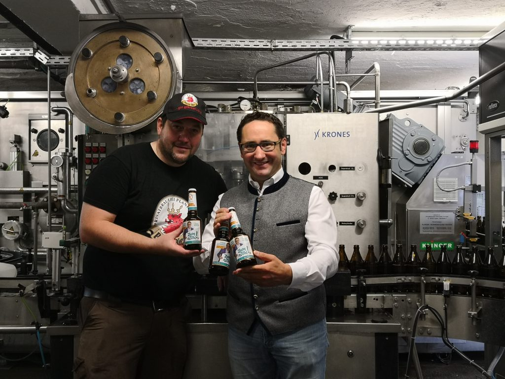 Freuen sich übers gelungene Bier: Braumeister Michael Plank und FW-Landtagskandidat Tobias Gotthardt präsentieren die ersten Flaschen des Wahlkampfbieres.