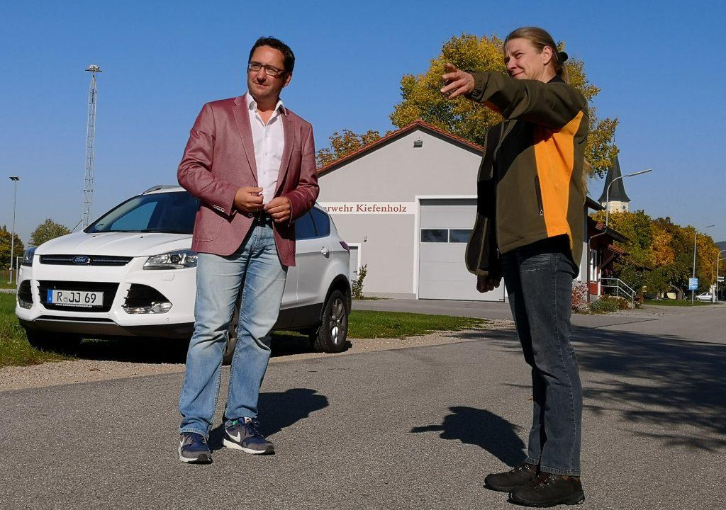 Einigkeit beim Ortstermin: FW-Landtagskandidat Tobias Gotthardt un d Anwohnerin Anne Marie Prem sehen auf der Kiefenholzer Dorfstraße keinen Platz für große Laster.